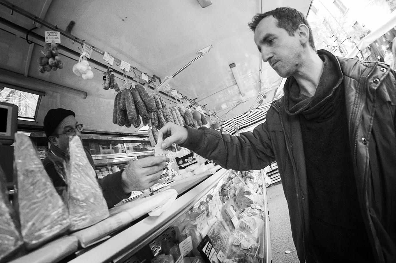 MILUNA-Ewa-Milun-Walczak-Na-Straganie-W-Dzien-targowy-Mediolan-Wlochy-bazar-targ-warzywa-ludzie-tlumy-reportaz-zakupy-10