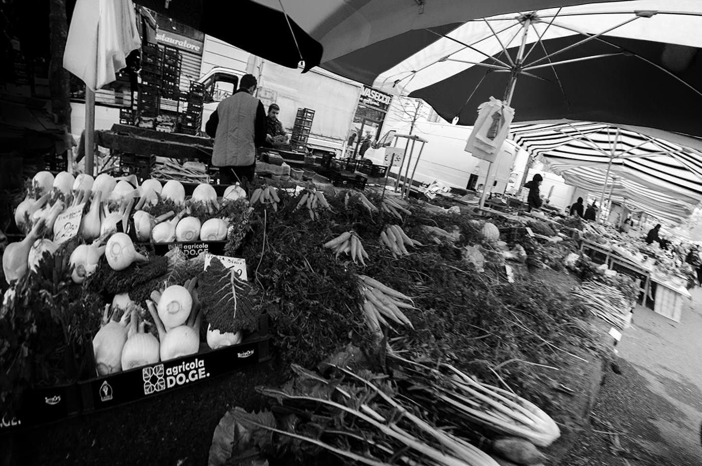 MILUNA-Ewa-Milun-Walczak-Na-Straganie-W-Dzien-targowy-Mediolan-Wlochy-bazar-targ-warzywa-ludzie-tlumy-reportaz-zakupy-5