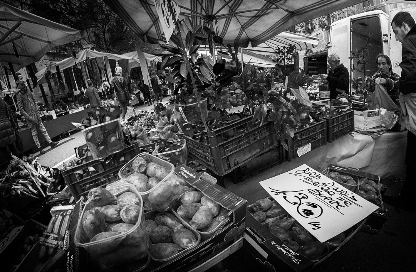 MILUNA-Ewa-Milun-Walczak-Na-Straganie-W-Dzien-targowy-Mediolan-Wlochy-bazar-targ-warzywa-ludzie-tlumy-reportaz-zakupy-7