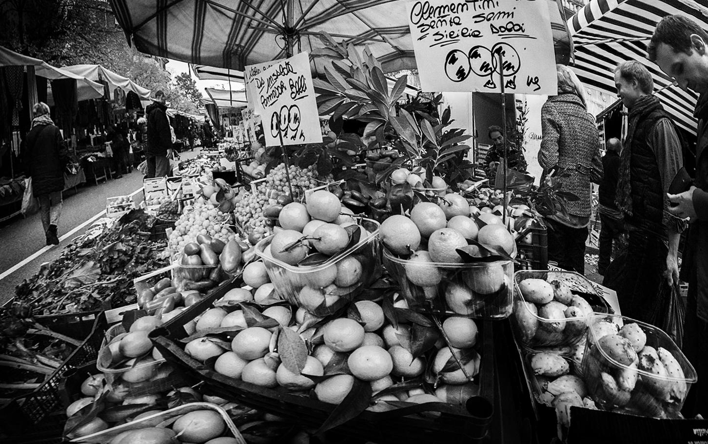 MILUNA-Ewa-Milun-Walczak-Na-Straganie-W-Dzien-targowy-Mediolan-Wlochy-bazar-targ-warzywa-ludzie-tlumy-reportaz-zakupy-8